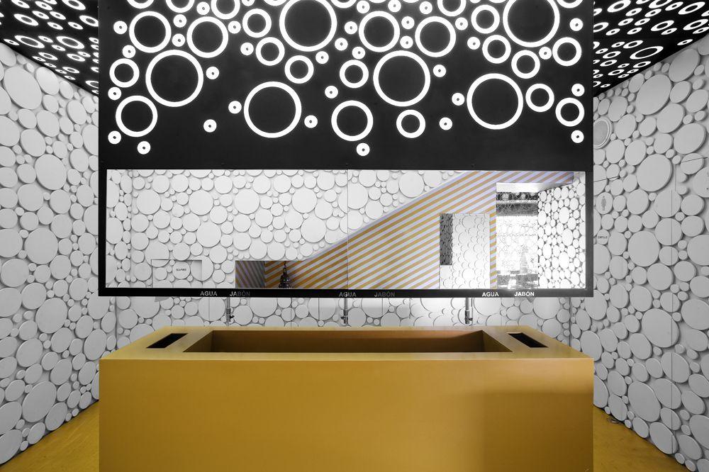 BNKR Arquitectura fusionó la esencia del estilo disco en los años 70s con el estilo árabe moderno, para darle un nuevo giro al Hookah Lounge Satelite.