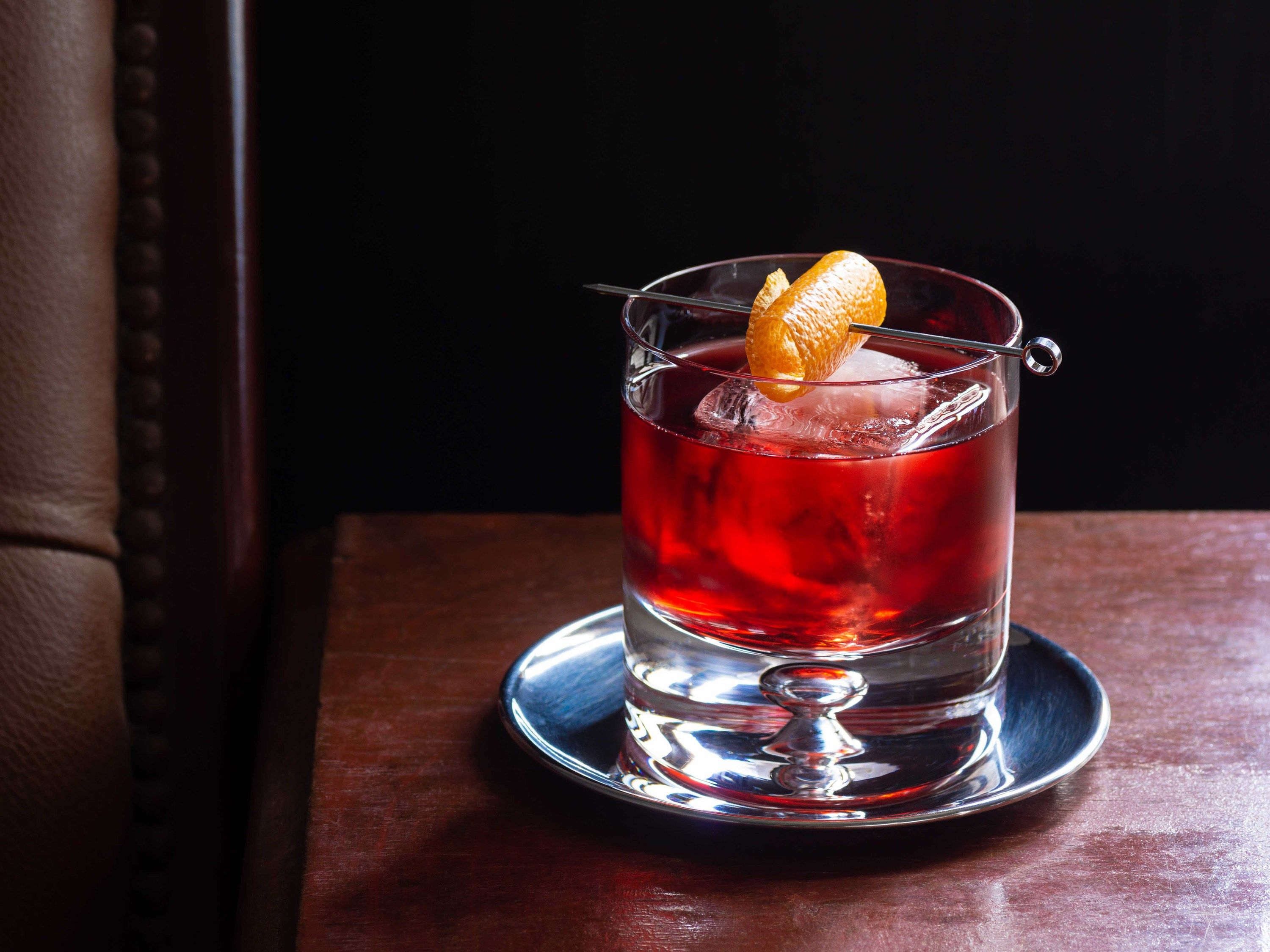 Ricetta Negroni Aperol.How To Make The Perfect Negroni At Home According To The Violet Hour Italian Cocktails Spicy Drinks Cocktail Recipes