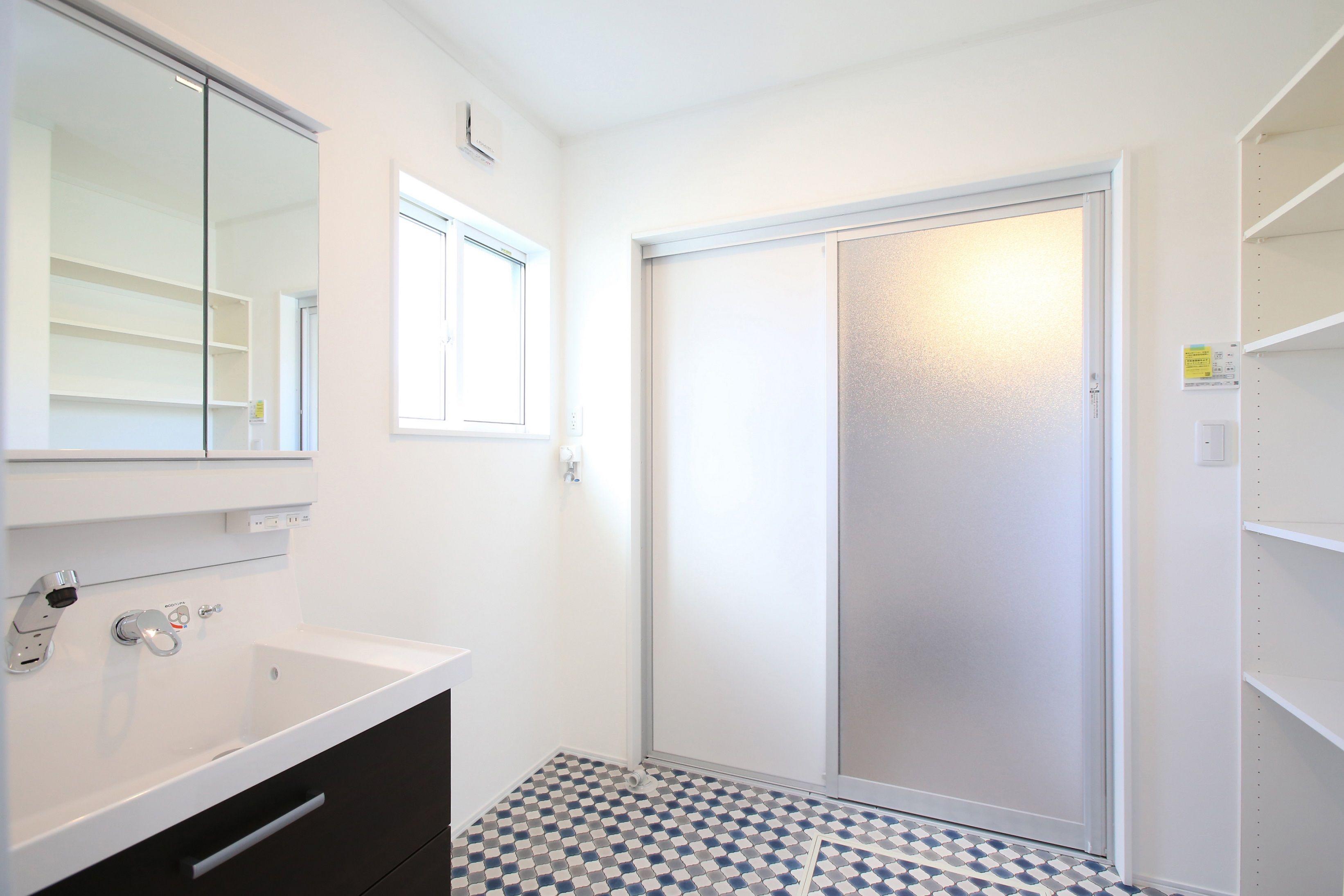 お風呂の入口を引戸にしてすっきりした印象の洗面所に タイル 柄 アイフルホーム フロア