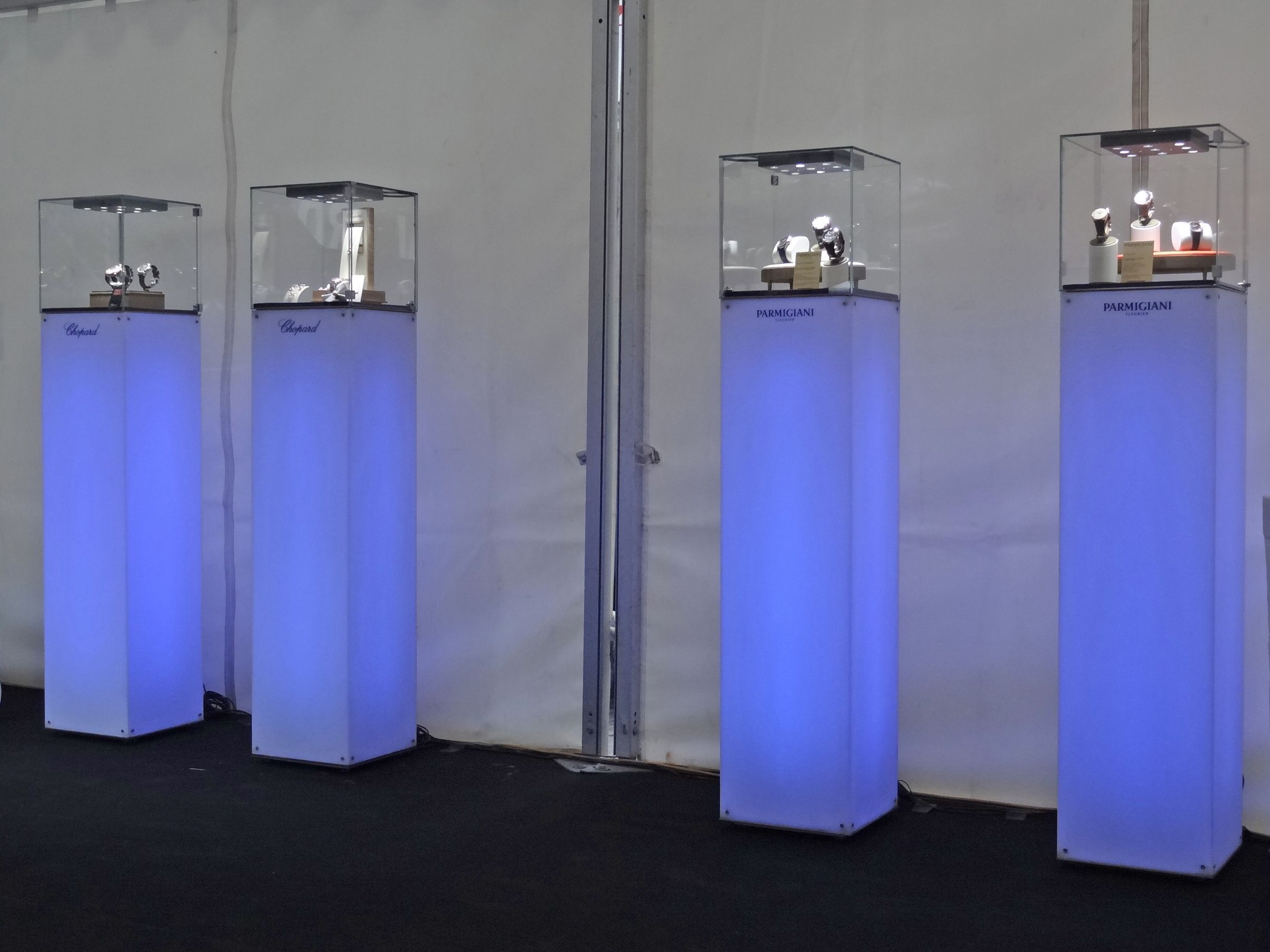 Monolith DMX : luminous #displaycase that changes color at #Guillard joailliers >>more>>http://dietlin.ch/page.php?id=2860&gr=103&nv=4