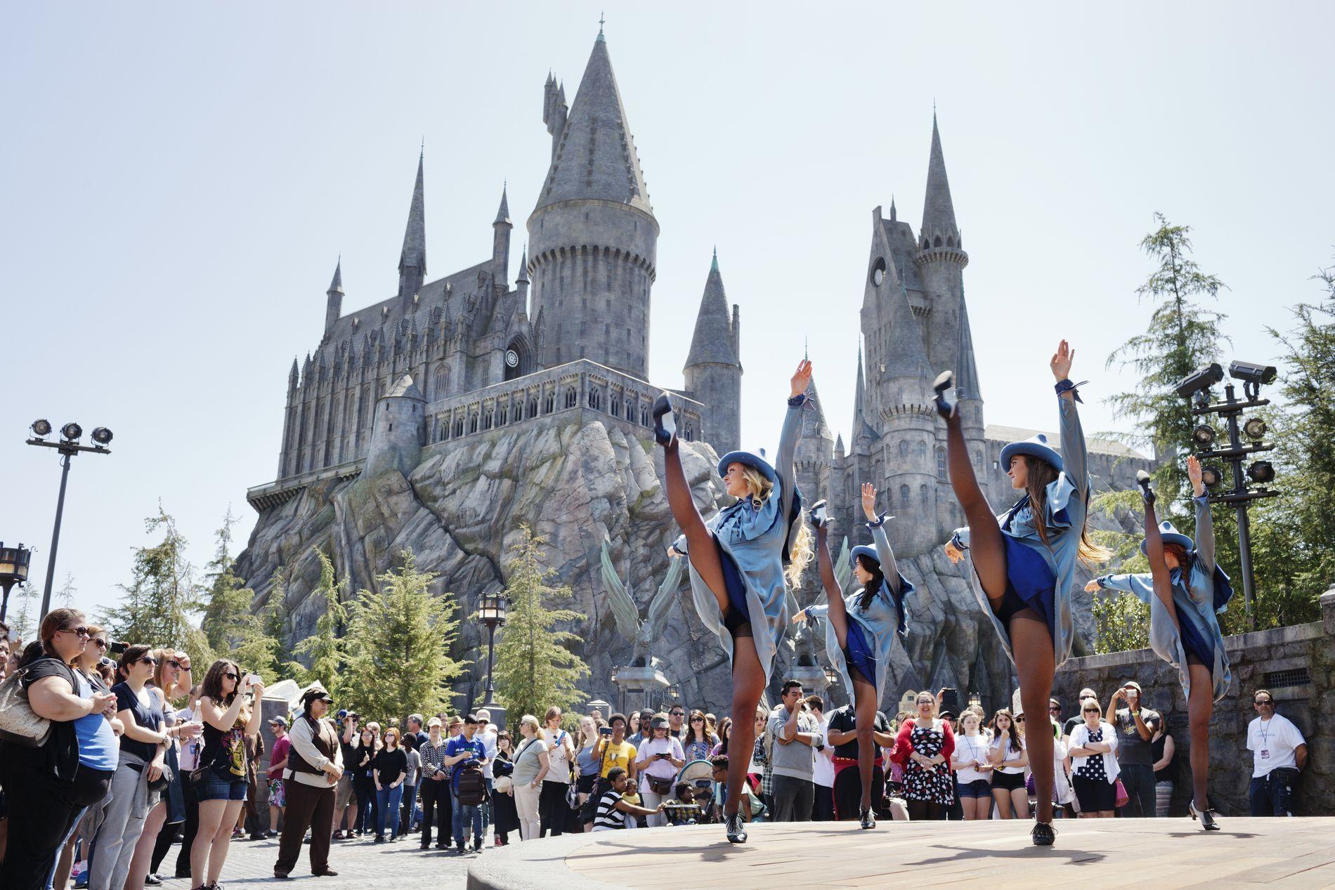Los Angeles Vg Har Du Noensinne Dromt Om A Fly Pa Kosteskaft Side Om Side Med Harry Potter Gumper I Alle Aldre Far Dr Los Angeles Fornoyelsespark Disneyland