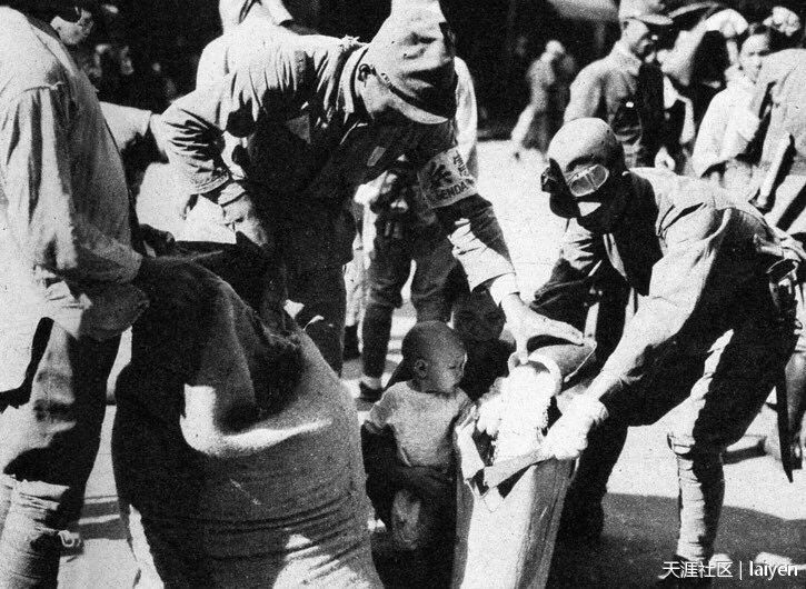 Japanese soldiers in Guangdong, China 1938 Helping Chinese Children.