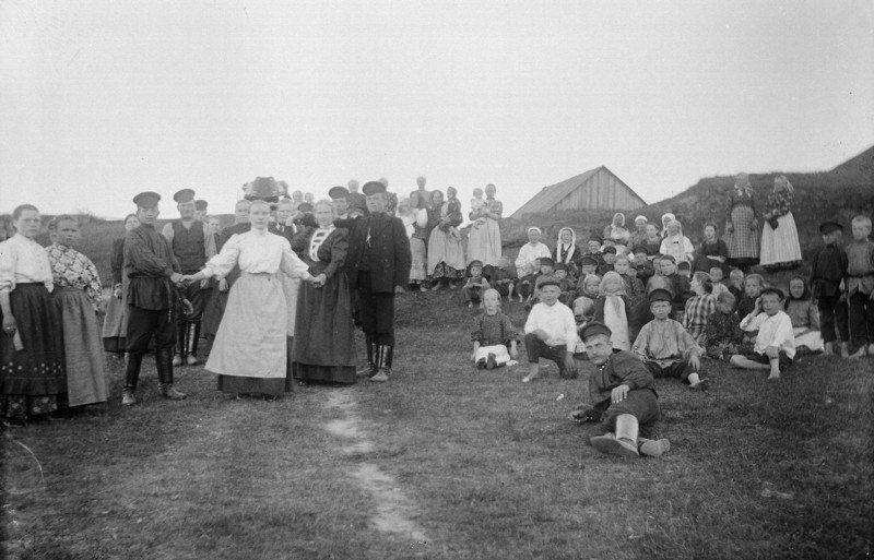 """На поле для игрищ. Приход Келтто. Фотография С. Палуахарью. 1911 г. (""""Из книги Ингерманландия глазами Самули Паулахарью. Велоэкспедиция летом 1911 года"""")"""