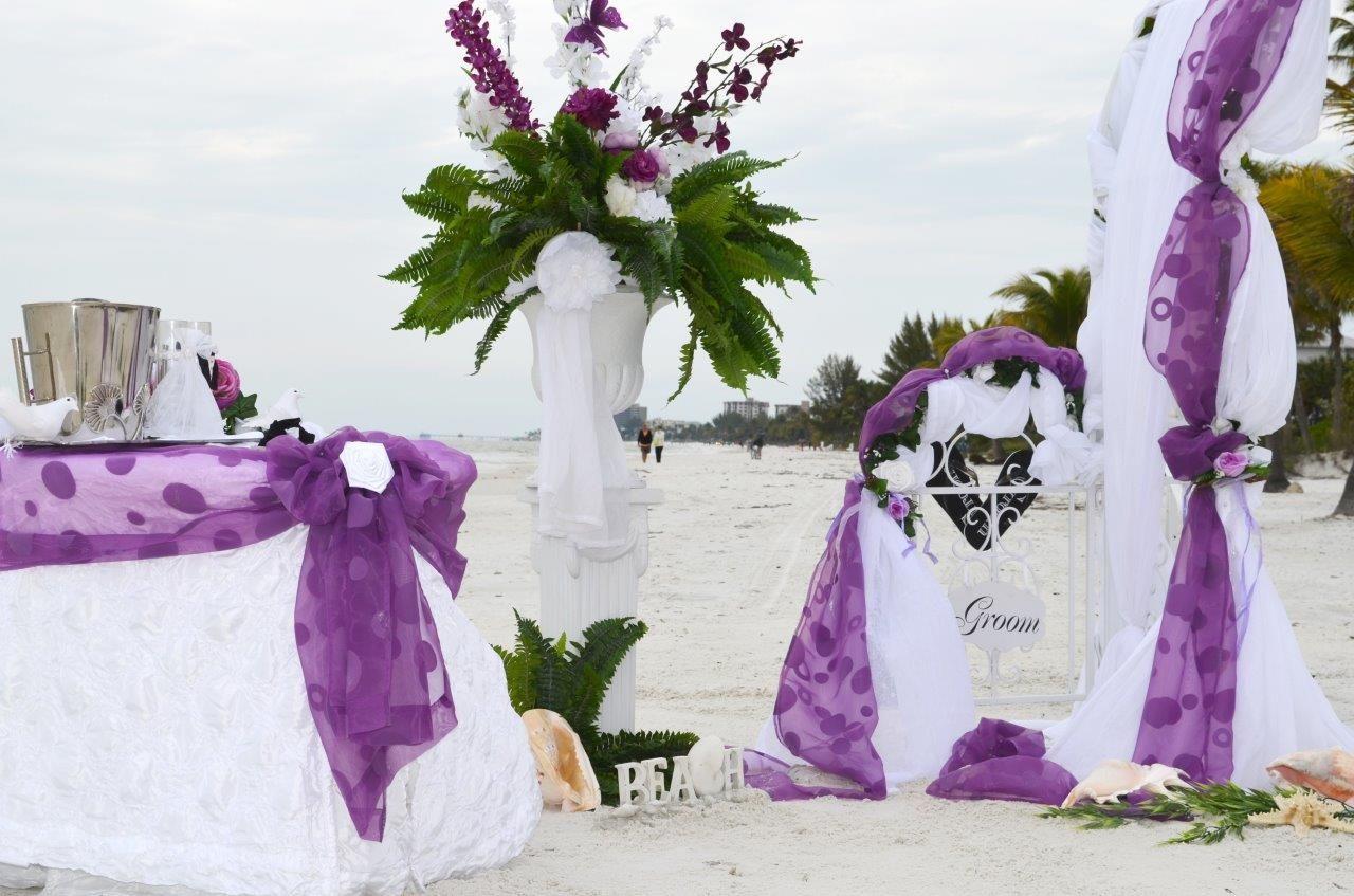 Hochzeitsdekoration in Lila und Weiß