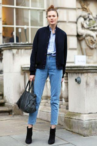 Die Vintagehose rausgekramt, dazu ein lockeres Hemd und schnell ne lässige Jacke drübergeworfen. Handtasche, Strubbel-Dutt und Schuhe dazu. Fertig. Wir finden den Look sehr cool! Hohe Schuhe und Highwaist machen einfach unendlich lange Beine