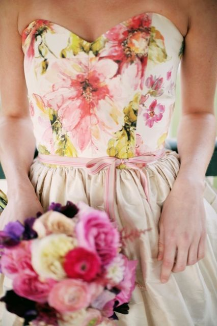 Ideas para toques en un traje de novia..ese bouquet de colores y esas flores del corpiño que podrían estar dispersas por el traje...