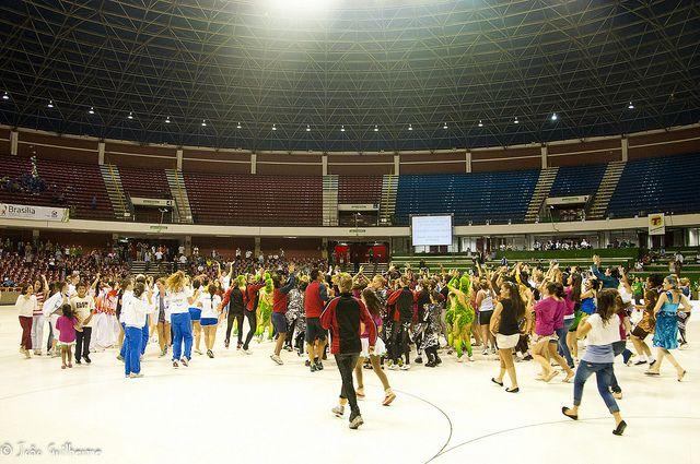 56º Mundial de Patinação Artística - Brasília 2011  56th World Championships Artistic Roller Figure Skating 2011.   Abertura não-oficial. Enquanto estiveram paradas atletas e espectadores fizeram a festa com muitas danças e coreografias. Parece mesmo que no Brasil tudo acaba em festa.   photo: João Guilherme / DF