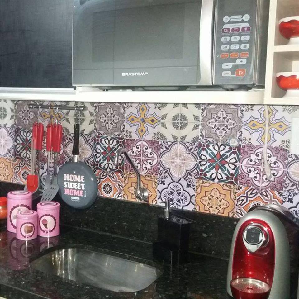 Quem disse que Renovar a cozinha é difícil? A Day Barreto utilizou nossos Adesivos de Azulejo e deixou a sua cozinha lindona!