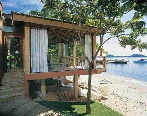 Inspirado em bangalôs da Polinésia, o projeto da dupla Giovani Bonetti e Tais Marchetti Bonetti foi erguido de frente para uma praia de Florianópolis, sobre uma laje de concreto apoiada em pilotis.