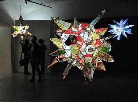 Structure creuse composée de papier qu'on illumine à l'aide d'une ampoule basse consommation (artiste : Kirsten Hassenfeld).