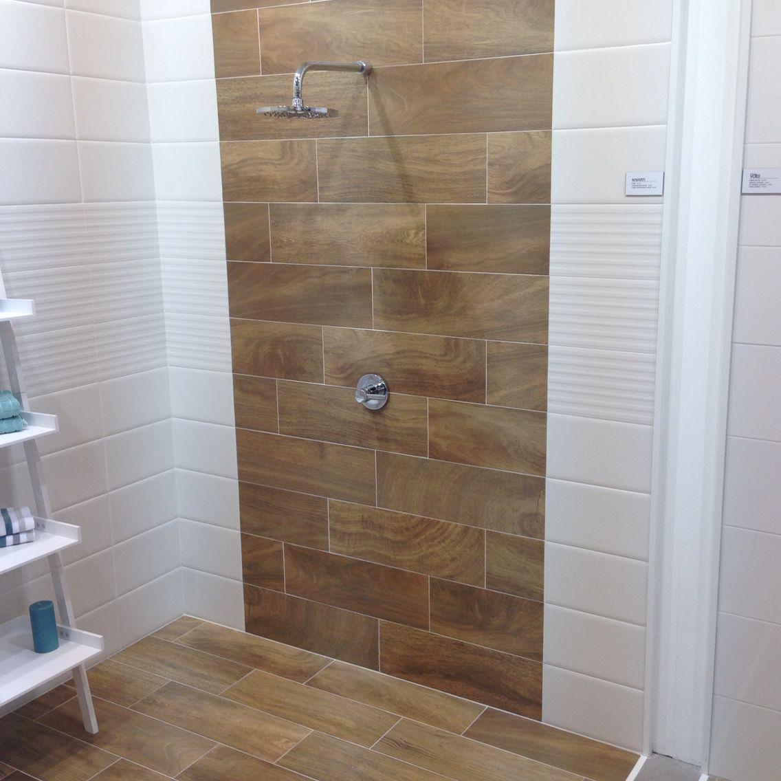 Houtlook tegels tegen de wand in de badkamer houtlook tegels keramisch parket pinterest - Tegels badkamers ...