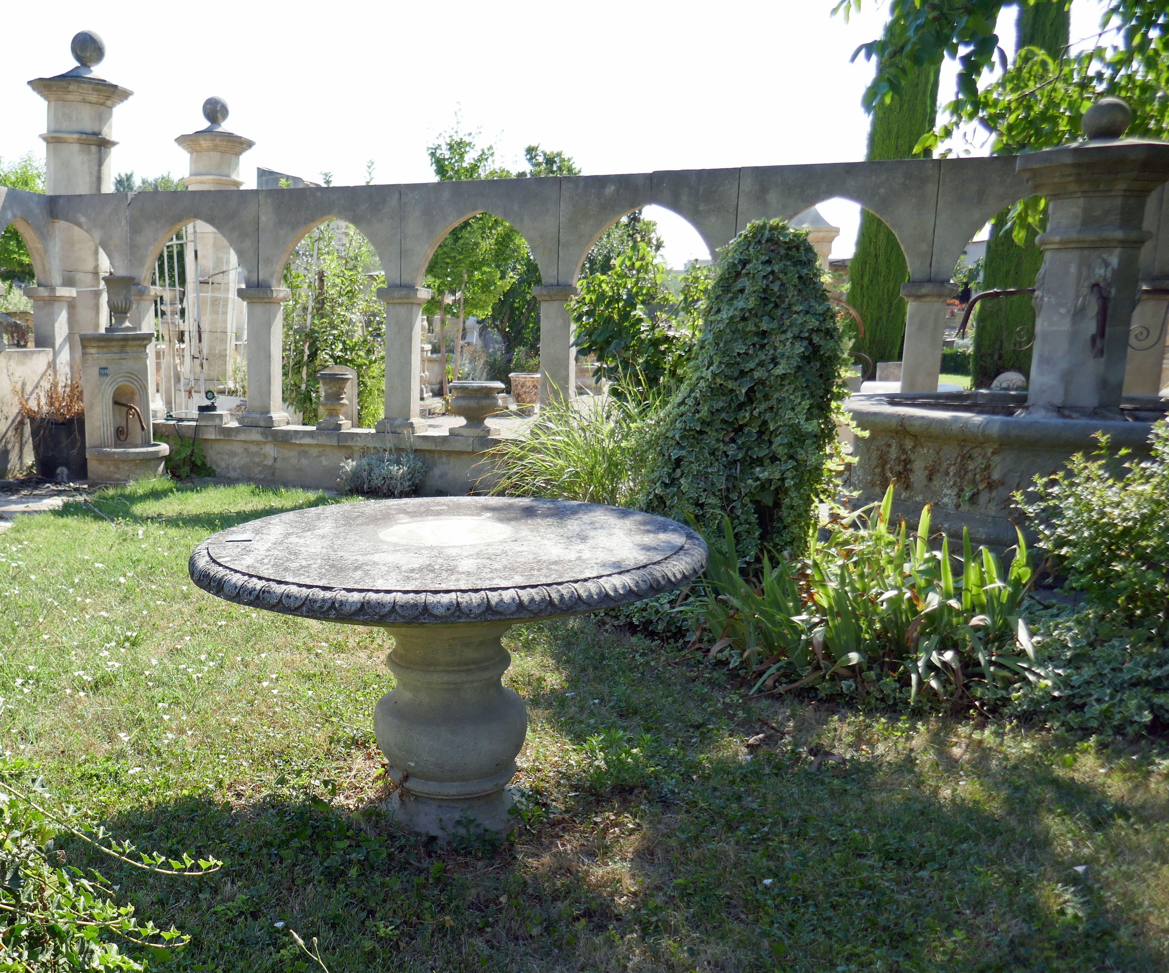 Plateau De Table En Pierre Naturelle cette table ronde en pierre de provence ajoutera une petite