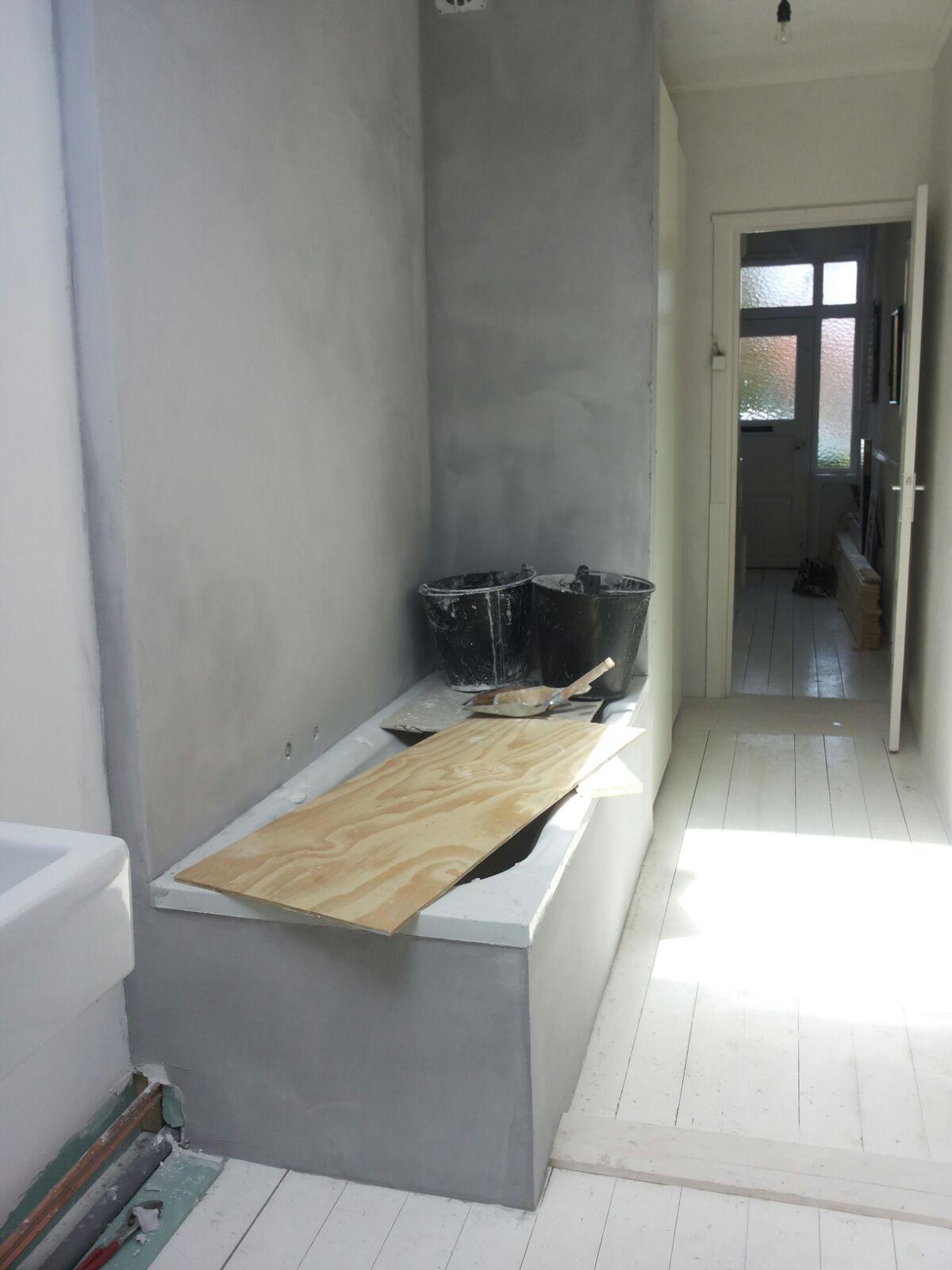 Badkamer wand en ombouw bad in Pandomo Wall uitgevoerd door Vloer ...