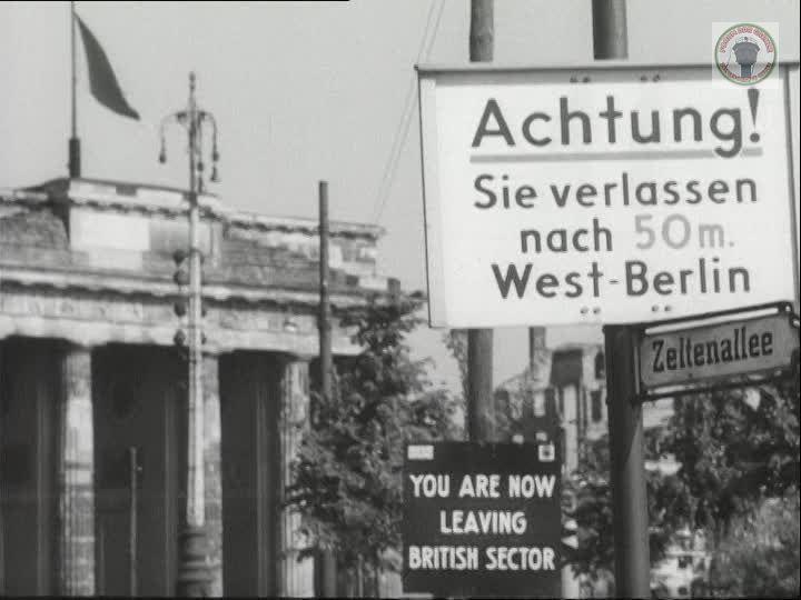 514451086 Zeltenallee Britischer Sektor Brandenburger Tor Strassenschild Strassenschilder Brandenburger Tor Berlin
