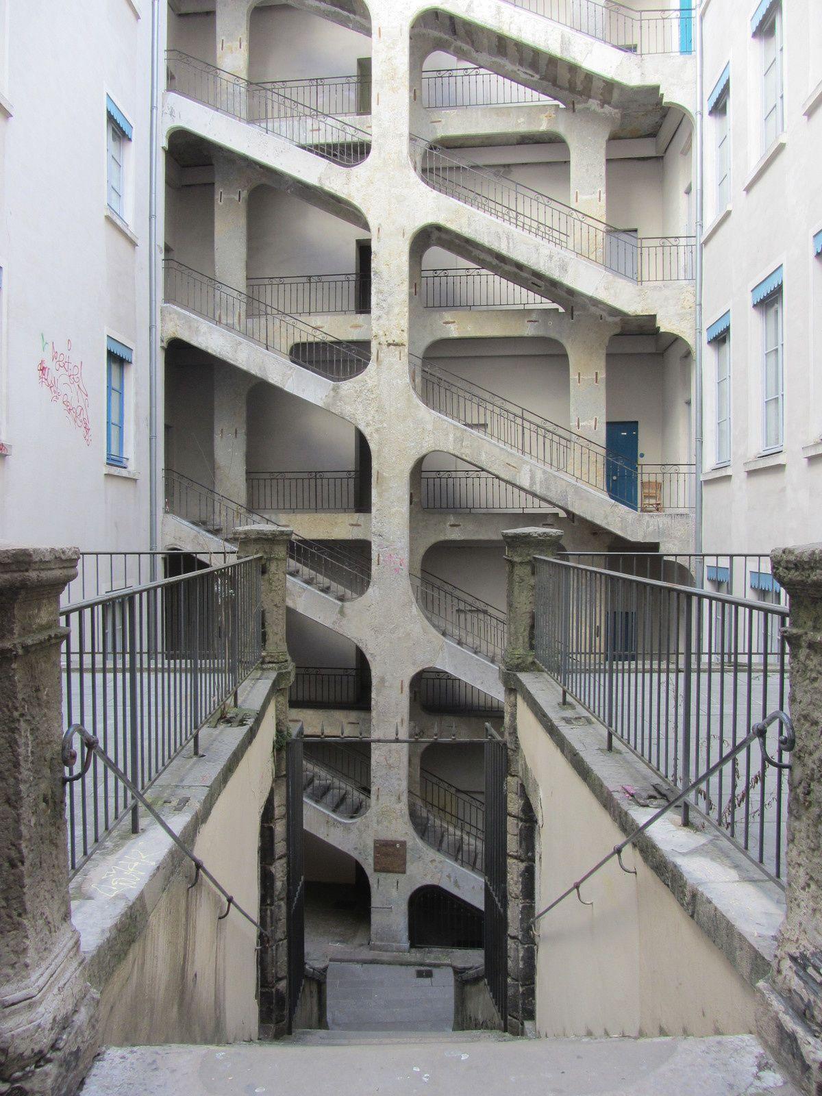 La Cour Des Voraces Lyon Immeuble Escalier Cour