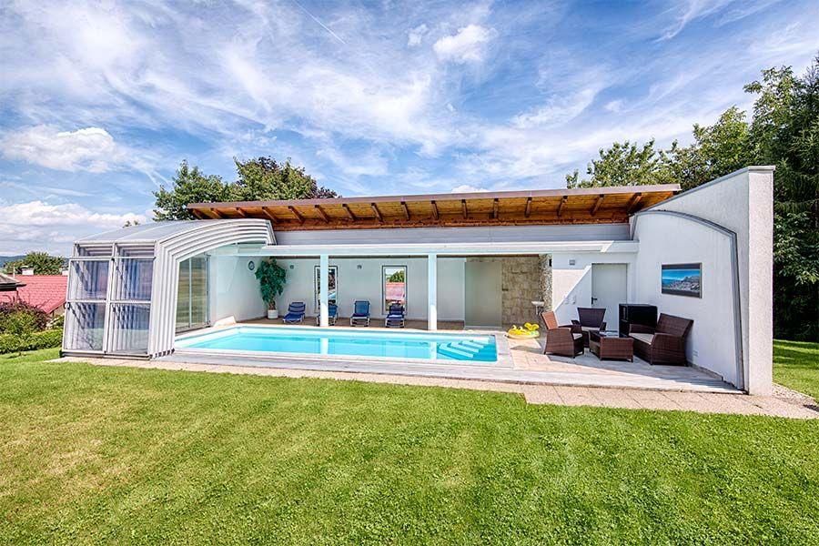 der pool wird mit der schiebehalle zum hallenbad an sonnigen tagen wird die berdachung. Black Bedroom Furniture Sets. Home Design Ideas