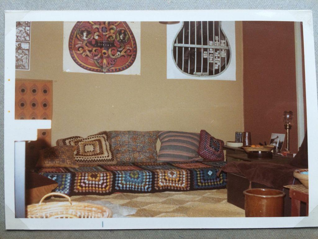Eva Hage, 65, Aarhus. Hjemlig hygge i gulvhøjde. Vi levede jo mestendels på gulvet.  En af puderne har jeg selv vævet, resten er hjemmehæklede ligesom sengetæppet. Den store stol har vi også selv klampet sammen af spånplader, med et kosteskaft som man kunne regulere ryglænet med og en dyne fra krigens tid betrukket med bredriflet, brunt fløjl. Hele herligheden var tonstung (1971).