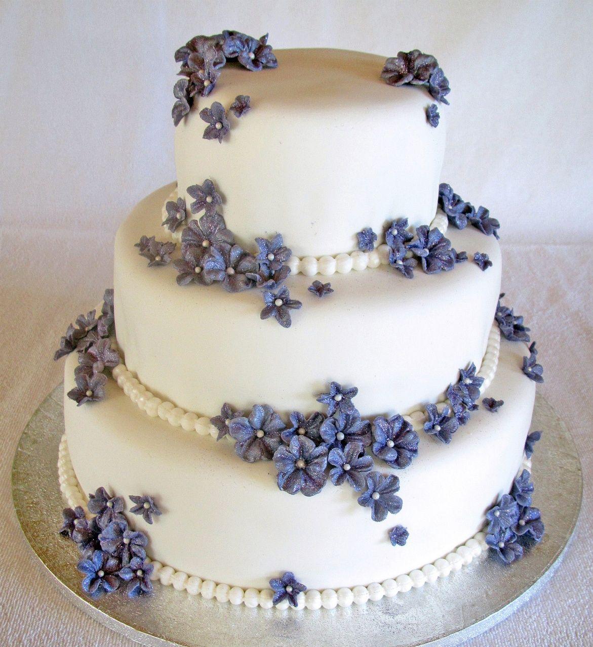 18837b46a3eb Bröllopstårta täckt med blommor i sugarpaste. Så vacker | Let Them ...