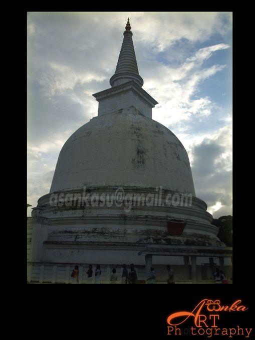 Mahiyangana Raja Maha Vihara is an ancient Buddhist temple in Sri Lanka.