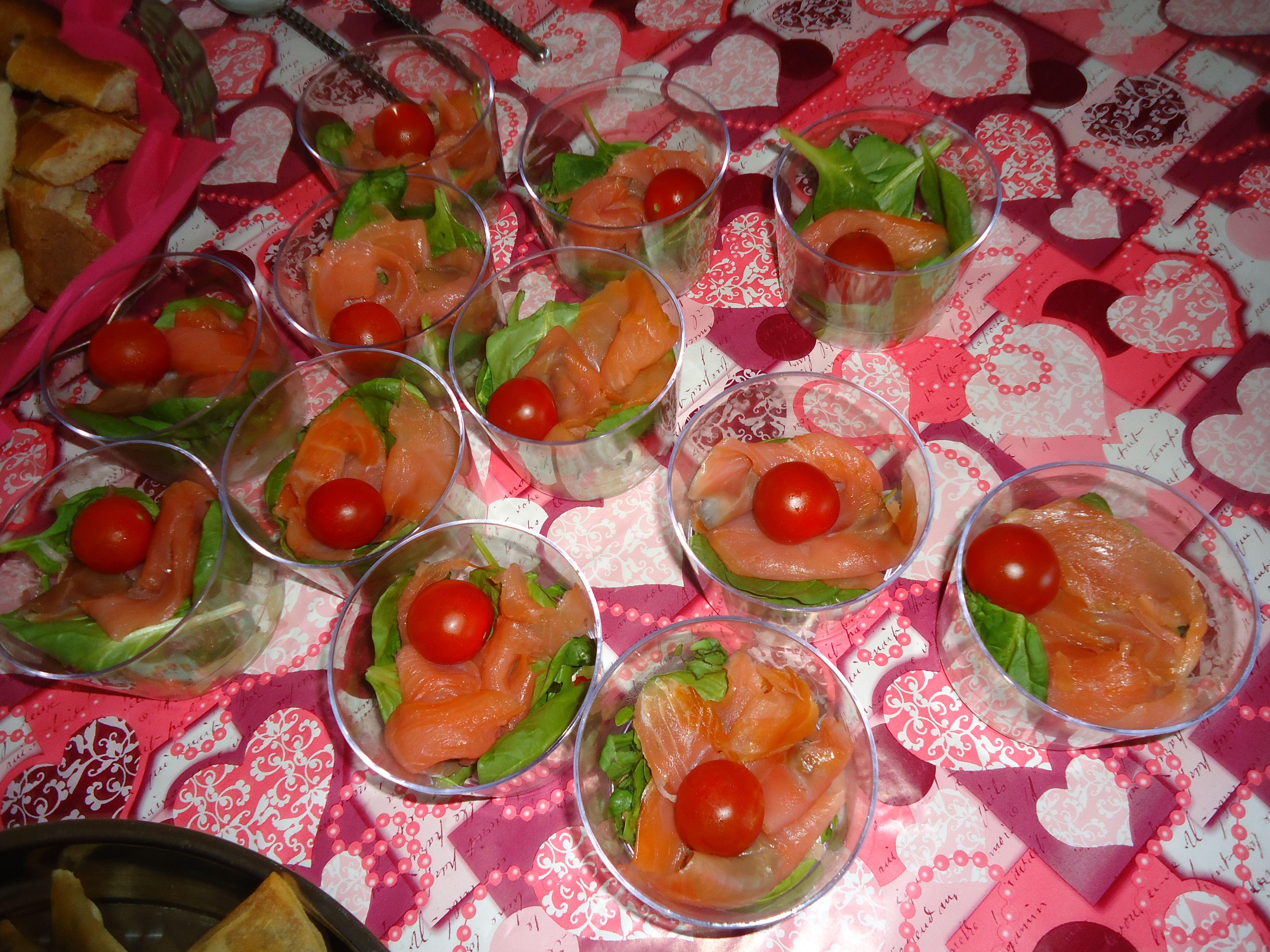 Entrée : verrine de truite fumée et son croquant d'épinard-tomates cerises