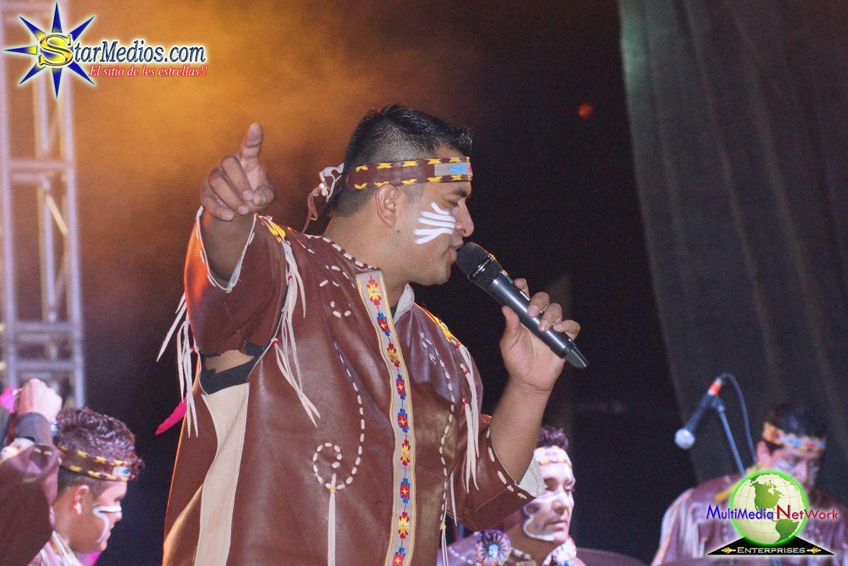 Vocalista de Banda Cuisillos cantando con sentimiento