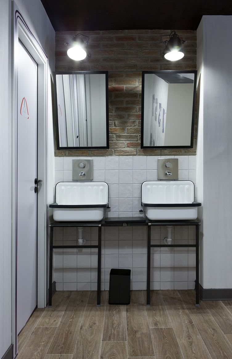 25 Vintage Or Minimalist Chic Industrial Bathroom With Wall Mirror And Brick Wooden Floor