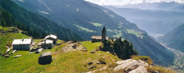Hier auf der Alpe San Romerio, Brusio 1800m.ü.M. kann man sich die Ferien selbst verdienen, min. 1 Wo Aufenthalt, mithelfen wo Arbeit ansteht. cool!
