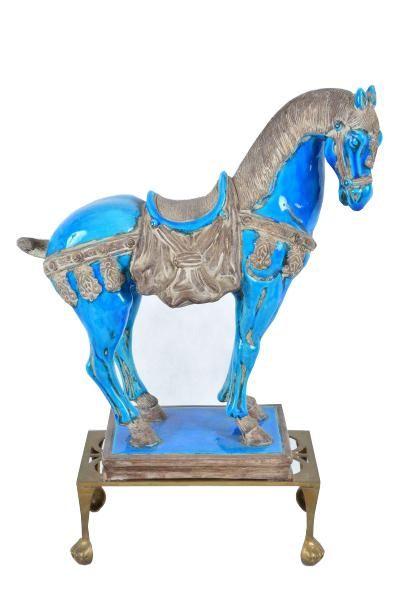 """Escultura em porcelana chinesa esmaltada em azul, representado """"Cavalo"""". Acompanha base retangular em metal dourado. Altura 42 cm e comprimento 40 cm."""