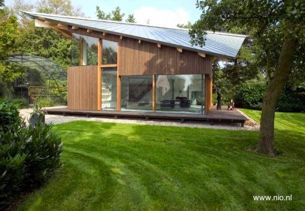 Arquitectura de casas caba a de madera con techo alado en for Casa holandesa moderna