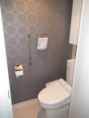 アクセントクロス トイレ 施工例 洗面所・トイレ・バスルーム トイレ おしゃれ、トイレ、トイレ インテリア