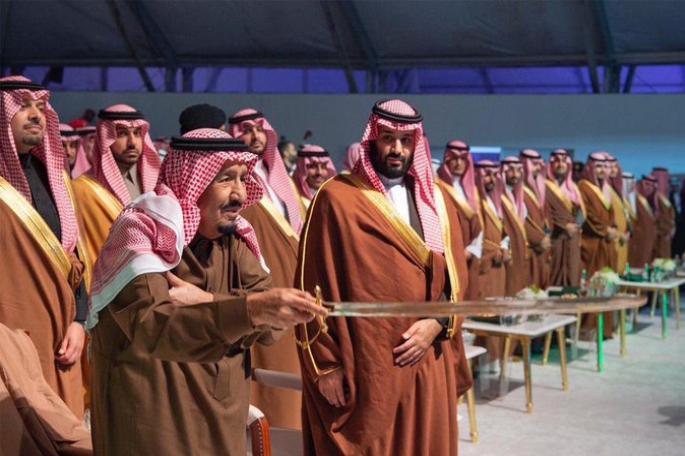رئيس المنظمة الأوروبية السعودية لحقوق الإنسان أمريكا أشرفت على اعدام الشيخ النمر ق تل بسيوف صقلها المشايخ للملك سلمان فذبحهم بها In 2020 Academic Dress Fashion Dresses