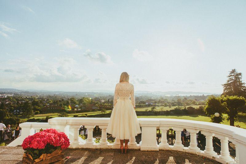 Lorena el día de su boda vestida de Cortana. Foto a través del blog de Días de vino y Rosas
