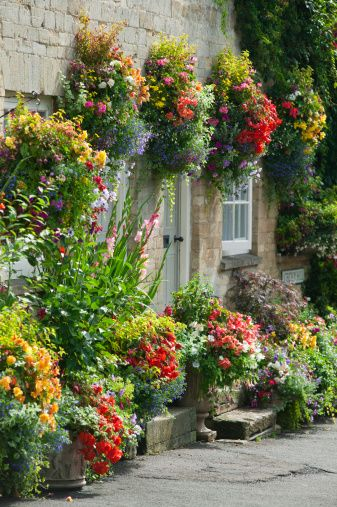 6 beautiful hanging flower basket ideas a cottage garden for Hanging flower pots ideas