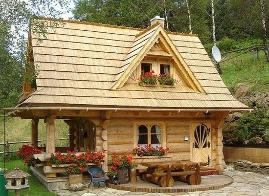 Casa Mica Din Lemn Cu 3 Camere Proiect Detaliat Si Poze Frumoase Cu Interiorul Tiny Log Cabins Tiny Cottage Small Log Cabin