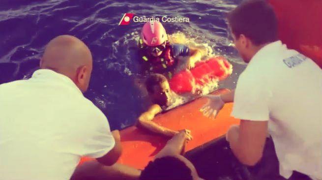 Potrebbero esserci ancora circa duecento cadaveri in mare, a Lampedusa.http://tuttacronaca.wordpress.com/2013/10/05/lampedusa-35enne-tunisino-indagato-ma-non-fermato-e-uno-degli-scafisti/