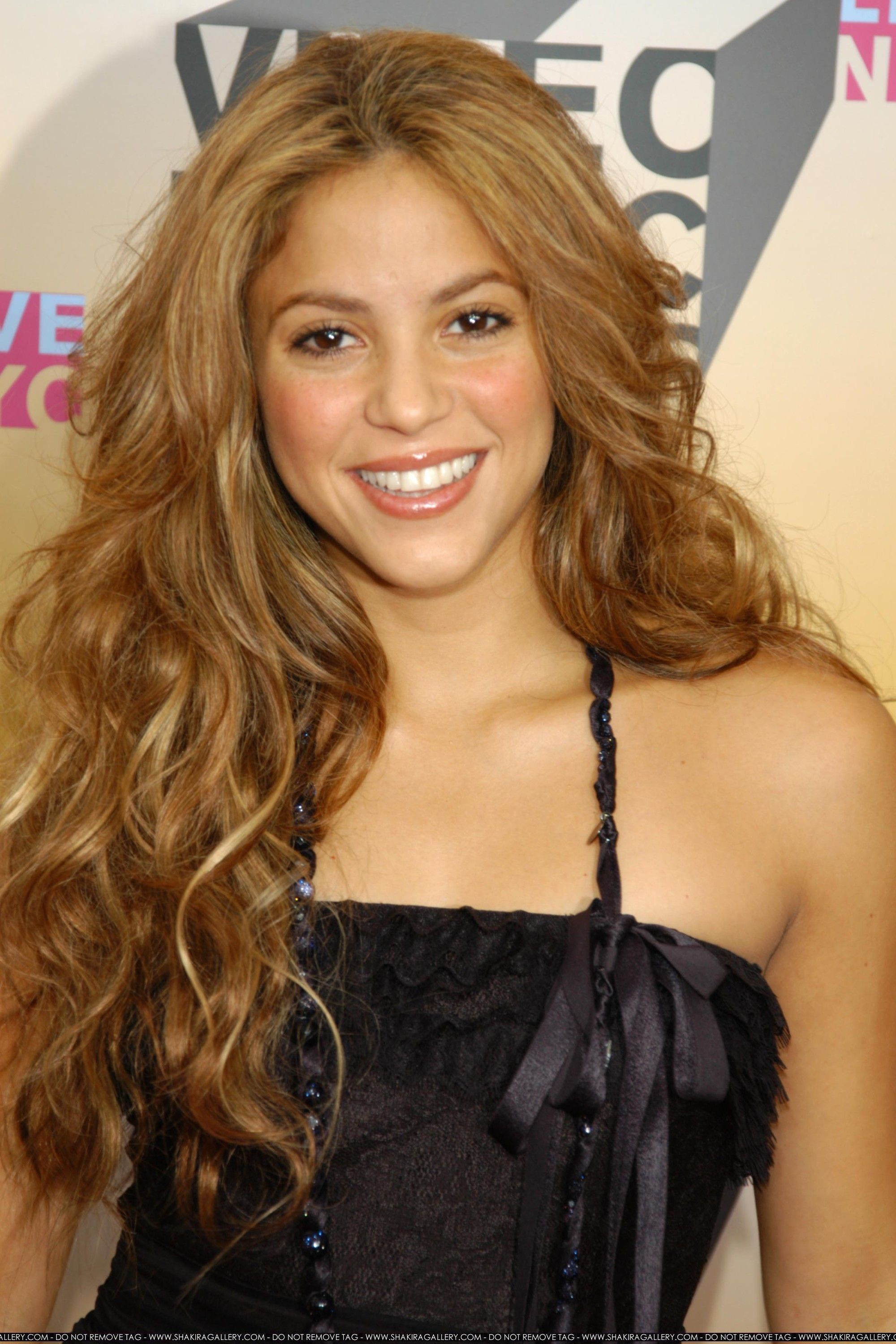 Pin By Nicole Taylor On I Wanna Be Blonde Shakira Hair
