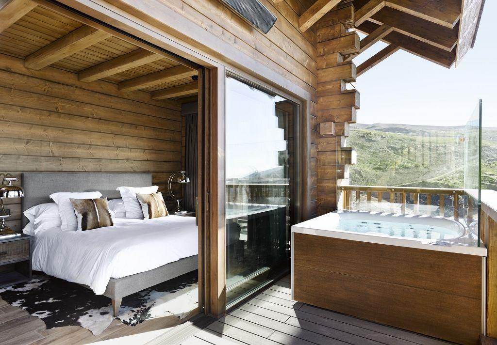 Jacuzzi City Spa Sur Le Balcon D Une Suite De L Hotel El Lodge Dans La Sierra Nevada Espagne Hotel Piscine Spa Hotel Jacuzzi