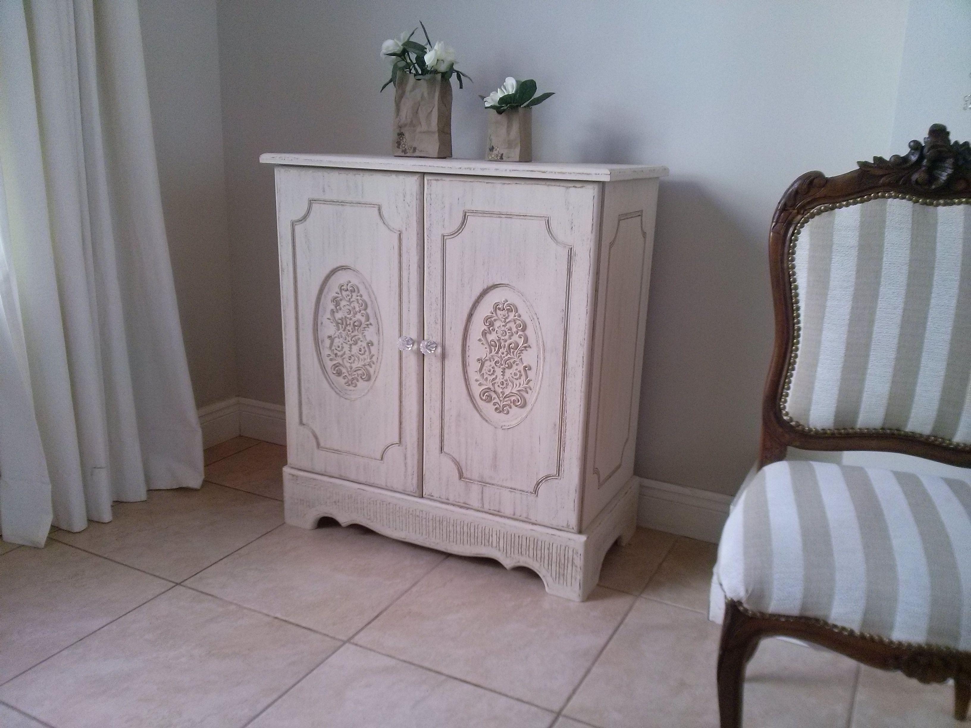 Mueble en madera tallado.
