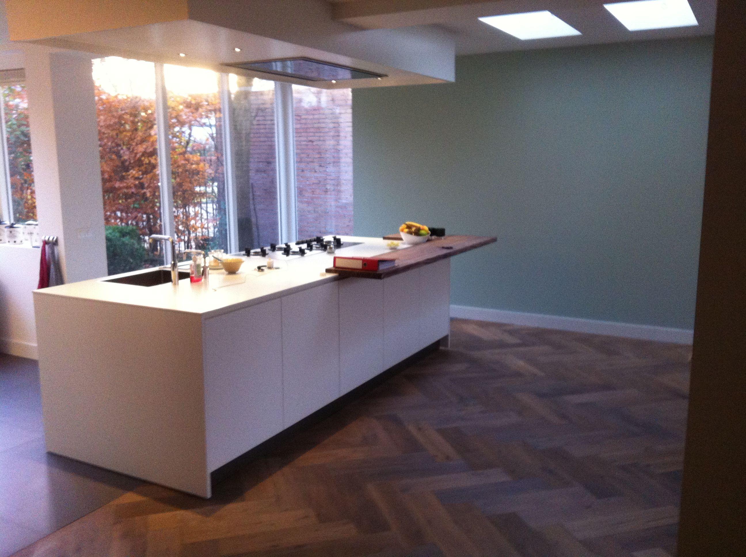 MoreFloors Vloeren Breda -Reuze visgraat 150 x 600 mm licht gerookt + wit keuken overgang met 100 x 100 cm beton look