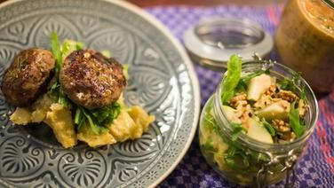 Buletten Mit Pastinaken Salat Auf Einem Teller Und Eine Glas Mit Pastinaken Salat Rezepte Essen Buletten