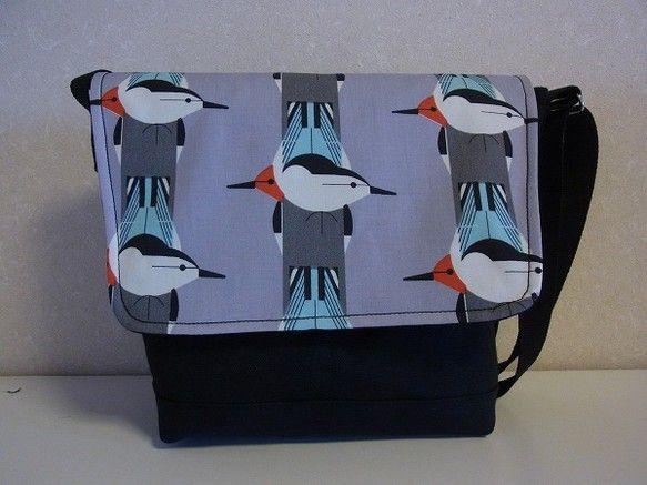 黒の倉敷8号帆布にアートな鳥の生地をあわせて、フラップつきショルダーバッグを作りました。底は二重になっており、しっかりした作りになっています。内布はナイロンオ... ハンドメイド、手作り、手仕事品の通販・販売・購入ならCreema。