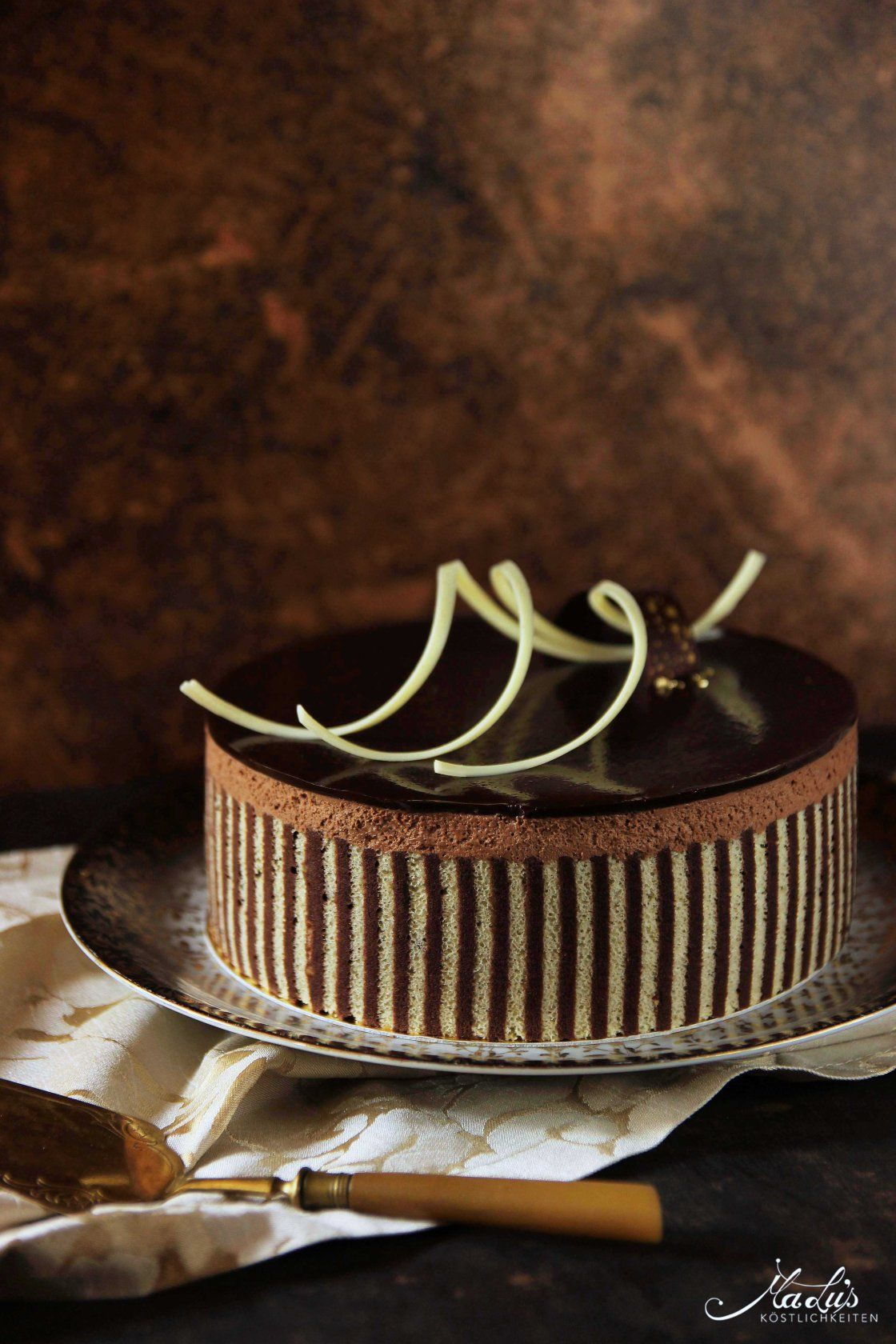Photo of Tipsy chocolate cake with decorative biscuit – Maren Lubbe – Delicious delicacies