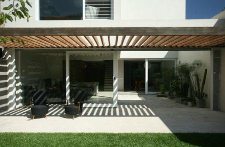 Cochera doble con techo de madera fachadas y for Cocheras minimalistas