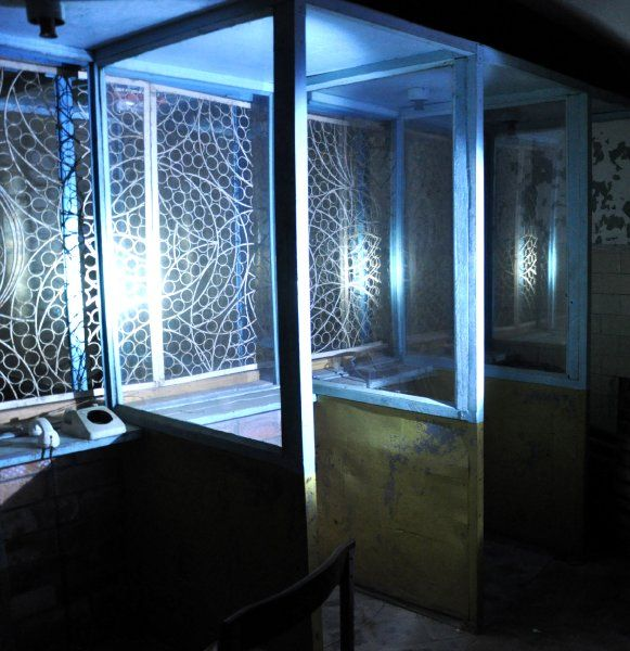 Gespräche durchs Gitter:  Der ehemalige Besucherraum von Patarei liegt in dem Teil des Gebäudes, der keinen Strom mehr hat und deswegen nur mit einer Führung betreten werden kann. In diesem Zimmer, in hellblau-gelben Kabinen mit vergittertem Fenster, durften die Gefangenen unter Aufsicht der Wärter mit ihren Besucher sprechen.