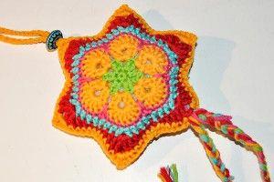 Häkelstern African Flower, video tutorial in German. English video tutorial here http://www.knitaholics.com/advent-calendar-dec-13-crochet-star-african-flower/