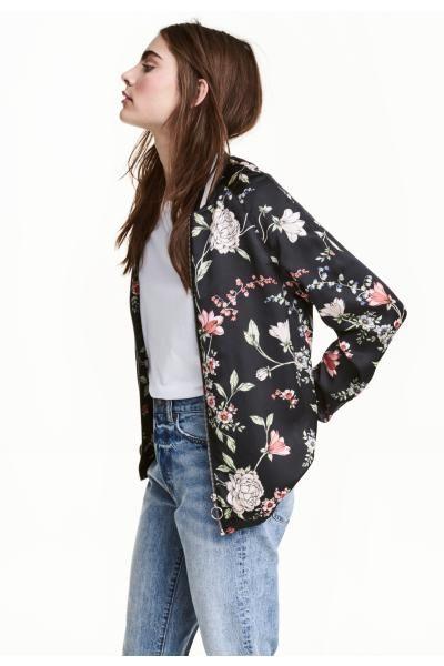 재킷: 패턴이 있는 새틴 소재의 집업 재킷. 신축성 아랫단, 골지 네크라인과 소맷단. 시폰 안감이 부착됨.