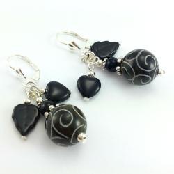 Kolczyki z malowanym agatem antycznym w kolorze czarno khaki z sercami i listkami.
