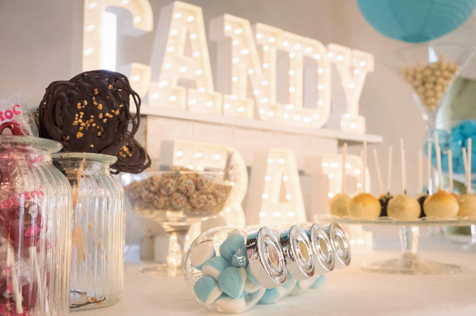 Vamos a empezar el miércoles de una manera requetedulce🍬🍭🍫🍦🍰🍪  Hoy nos toca maratón en #eltallerLOVE, para seguir ultimando toda la decoración de la #bodaLOVE de A+S.  Queremos contar tu historia de amor, ¡escríbenos! +info: hola@lovebodasyeventos.com  LOVE #love #amor #inspiracion #inlove #handmade #design #destinationwedding #work #wedding #weddingday #weddingplanner #weddingideas #candybar #light #chocolate #boda #bodegon #bodega #design #deco #decor #diseño #Cádiz #sweet #candy