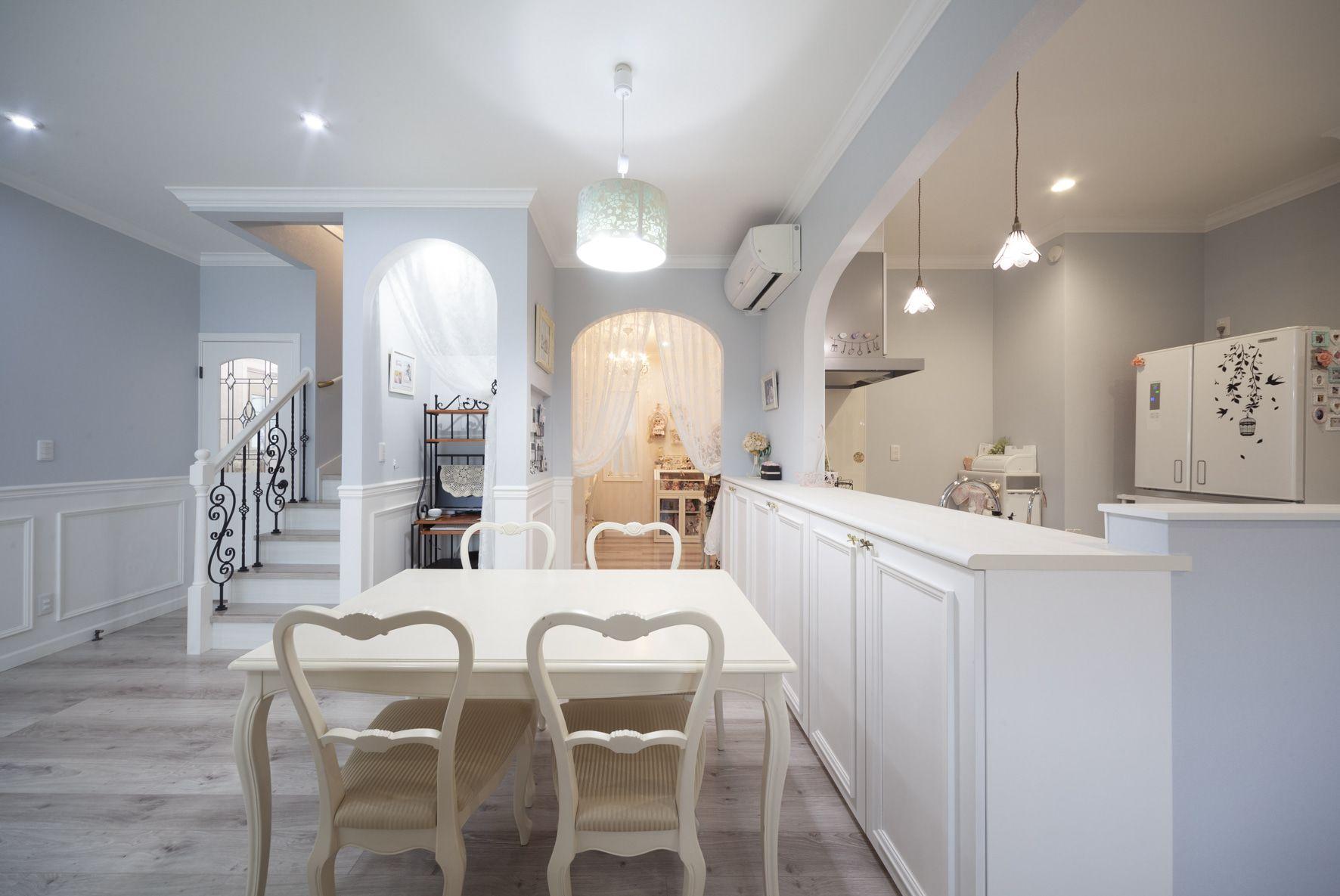 『水色と白のやさしい色調 フレンチテイストの輸入住宅  ロビンスジャパン』