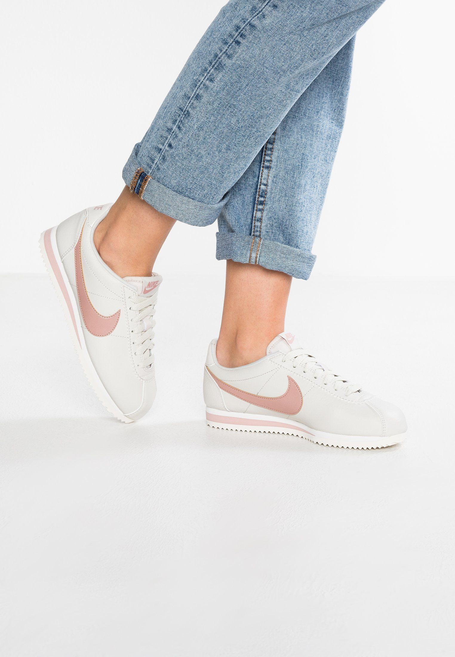 new product 1fe91 bf796 Nike Sportswear CLASSIC CORTEZ - Tenisówki i Trampki - light bone particle  pink summit white - Zalando.pl